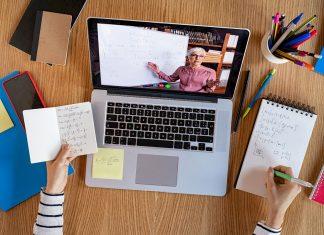 Docent op pc-scherm geeft wiskundeles