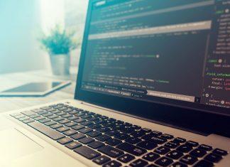 computer met codeerprogramma op het beeldscherm