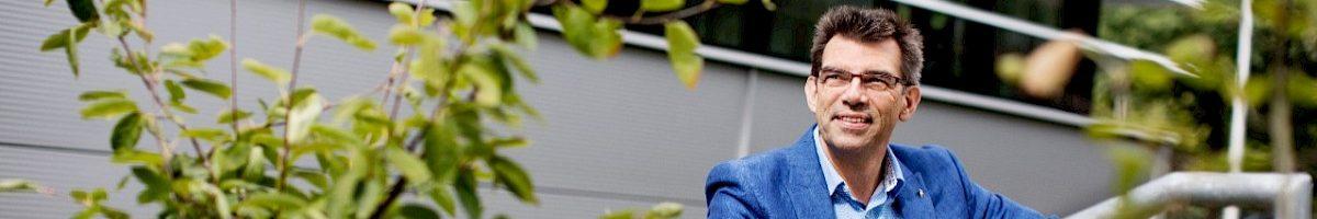 Hoogleraar filosofie Jan Bransen buiten op een trap