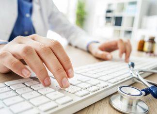 vrouwelijke dokter met handen op toetsenbord