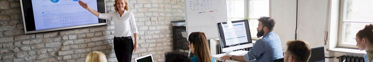 Lerares onderwijst met PowerPoint