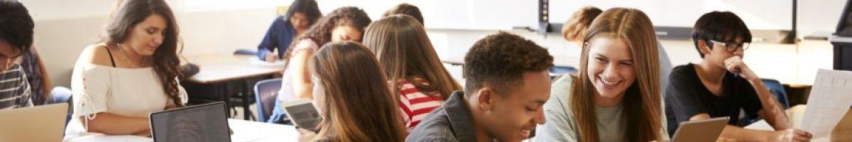 leerlingen in de klas met laptops