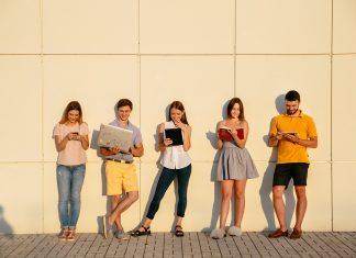 leerlingen met devices op school