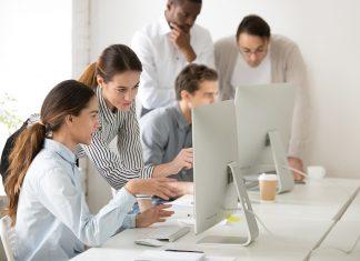 leerlingen krijgen les met computers