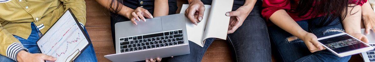 scholieren met laptop op school
