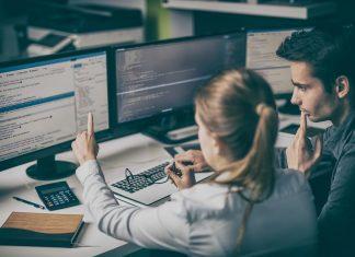 scholiere leert coderen