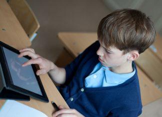 Hoe zorgen scholen voor een structurele inbedding van digitale geletterdheid?
